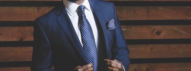 reloj de bolsillo con traje