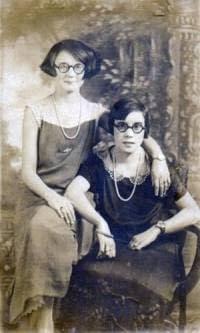 Hermanas con gafas de carey
