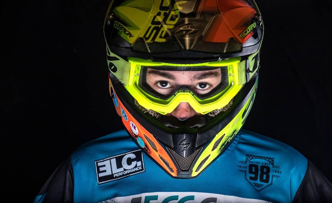 ¿Caducan los cascos de moto?