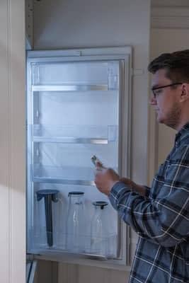 Dejar la puerta abierta del frigorífico