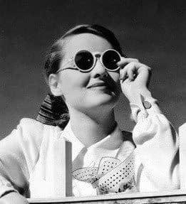 Bette Davis con gafas de sol blancas